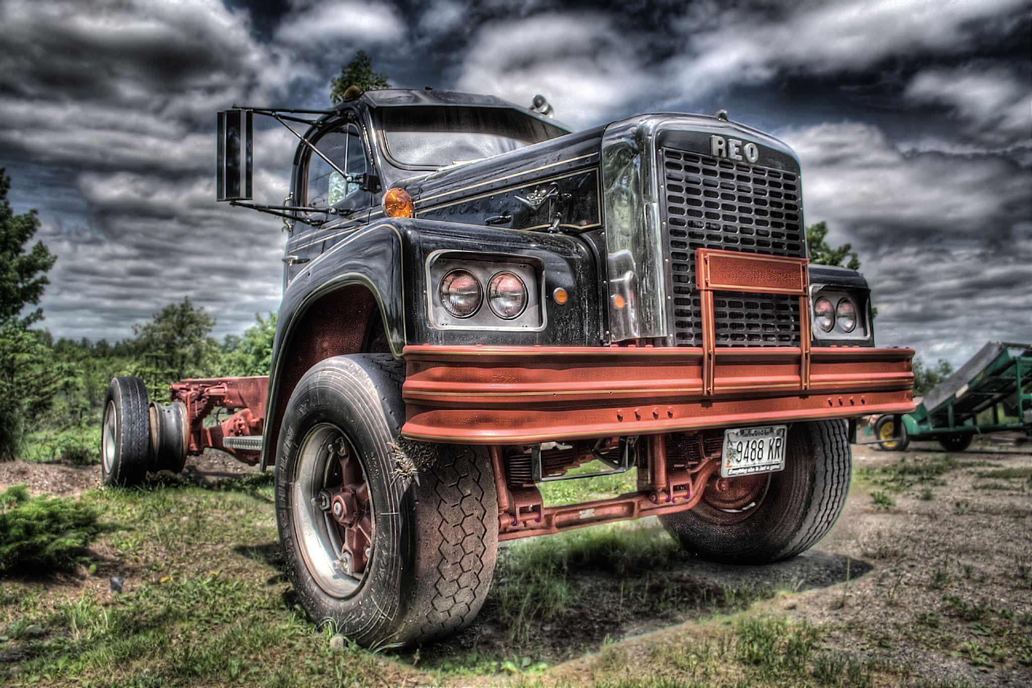 Decorate Your Cell Phone With Attractive Designs of Truck Wallpaper